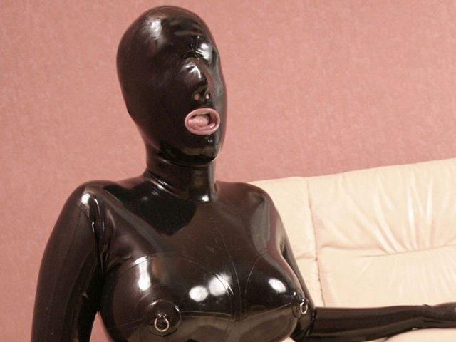 全頭マスク(全身ラバースーツ)を着用したモデル