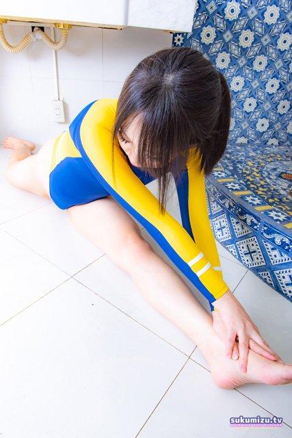 競泳水着で縦スプリッツ(前後開脚)